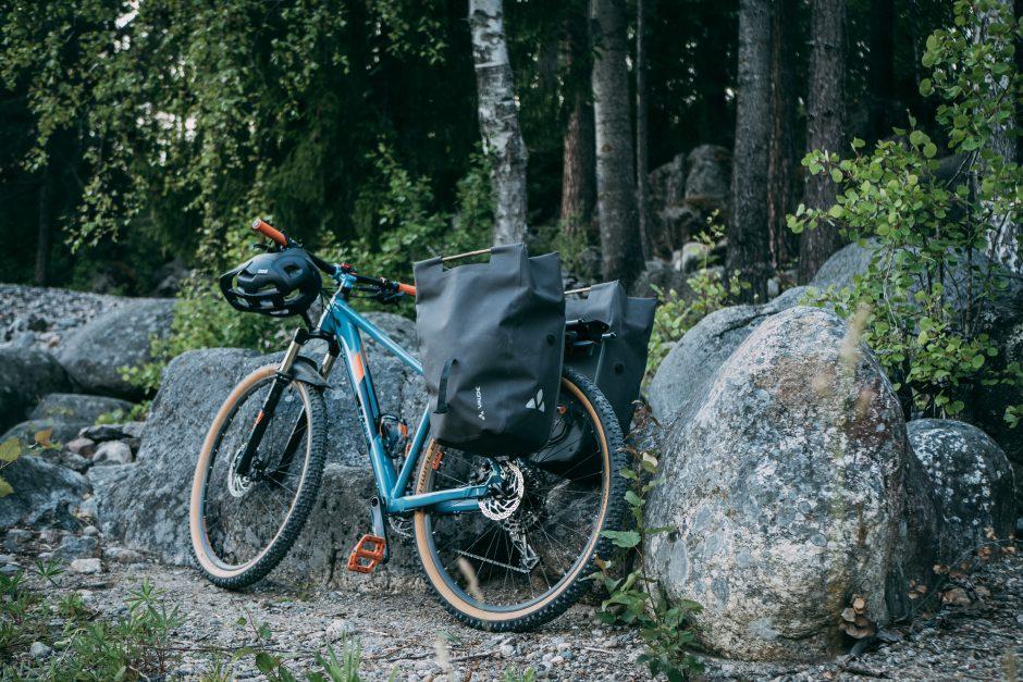 Mountain bike with Vaude Comyou side panniers