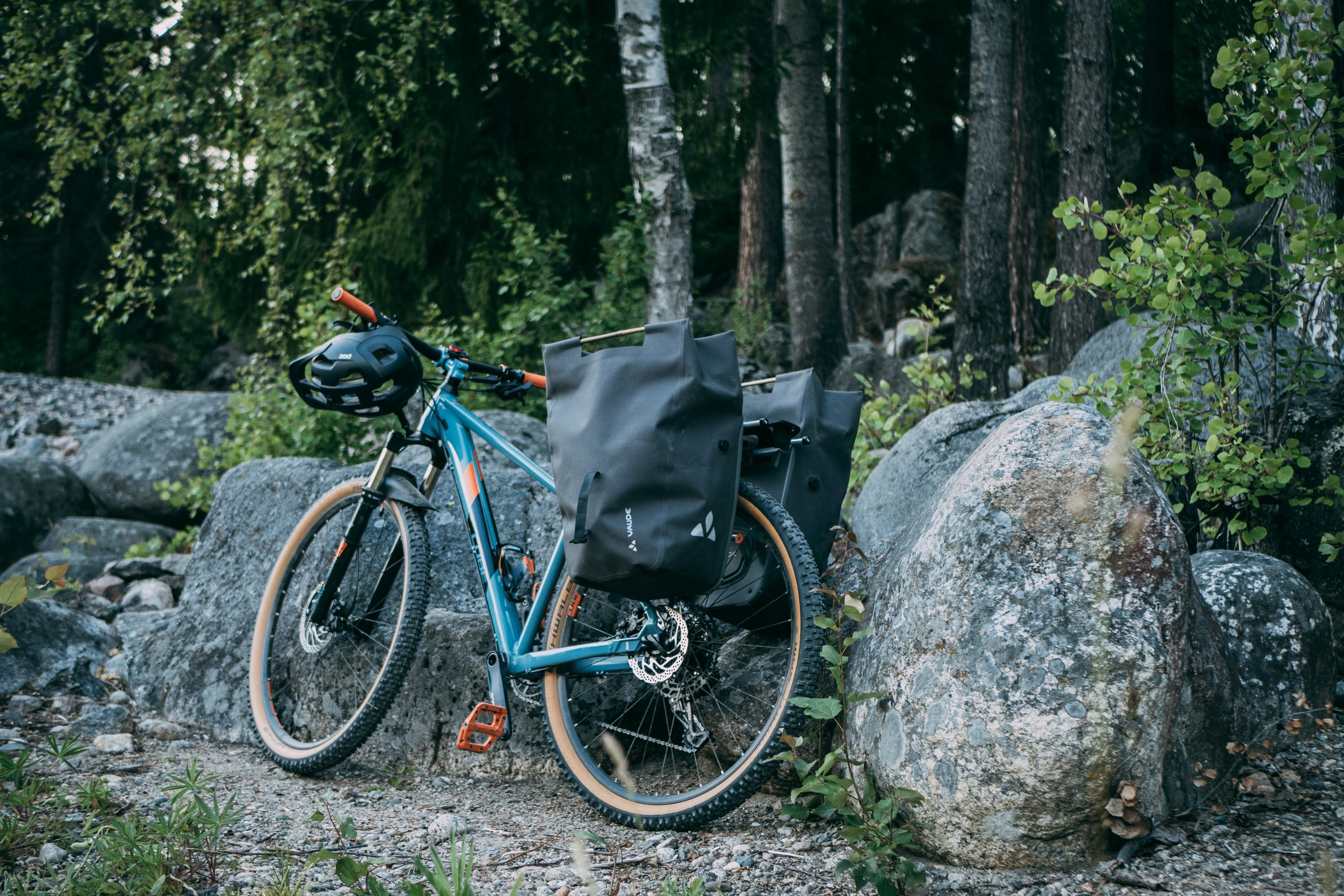 Mountain bike with Vaude Comyou side panniers