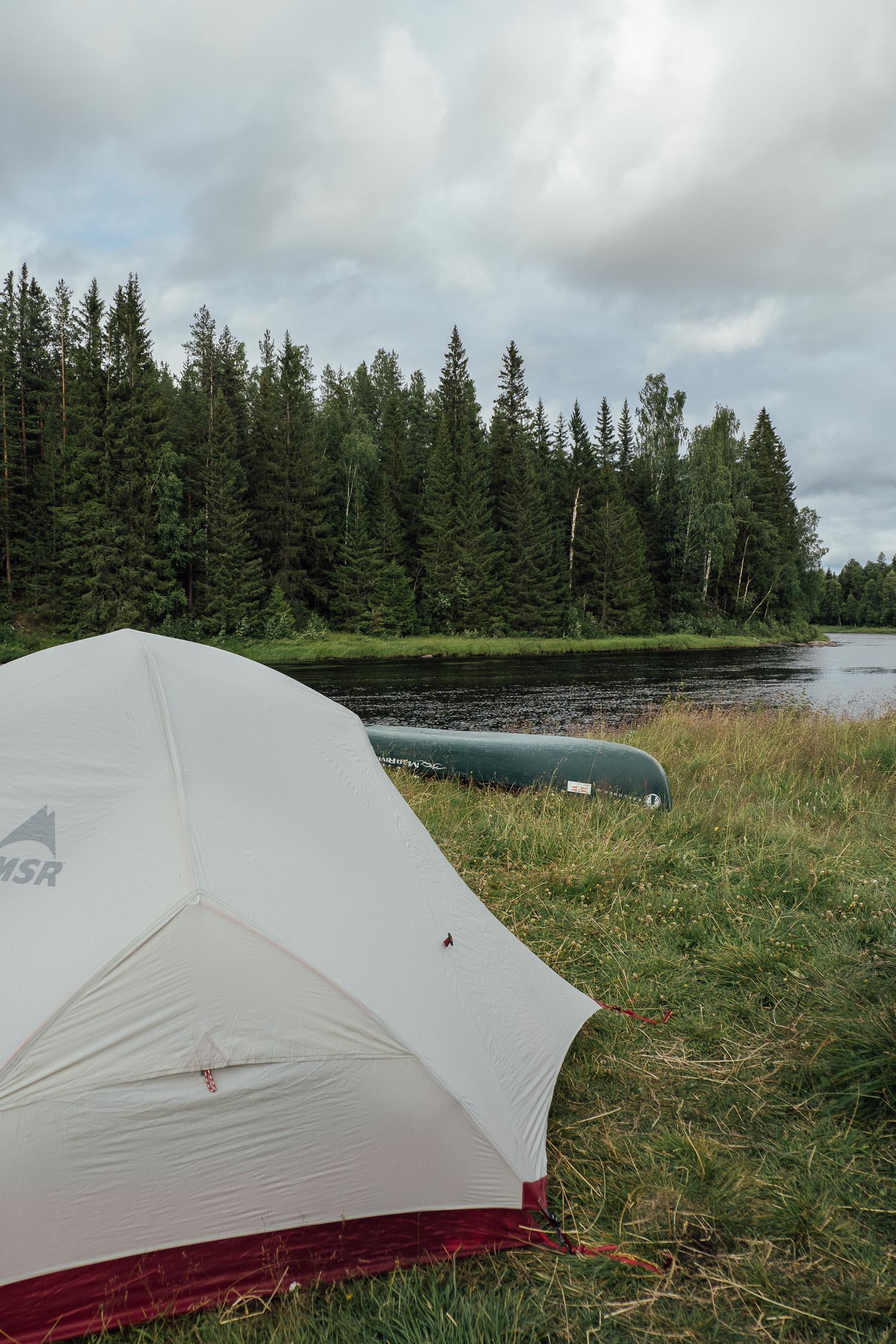 tält och kanot i Hälla Naturreservat