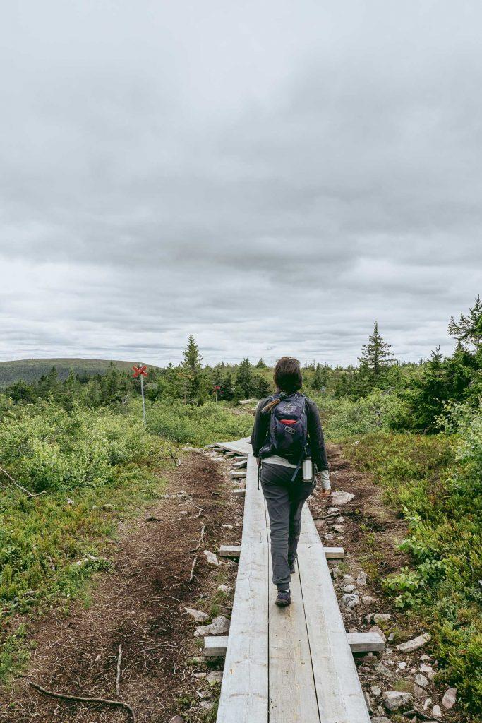kvinna vandrar i Sälen